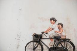 Niños en bicicleta Foto de Henry & Co. en Unsplash