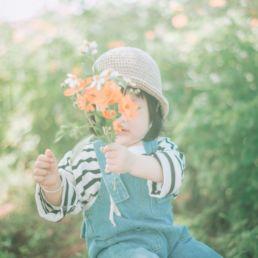 Niño con flores Foto: Dyu - Ha en Unsplash