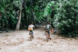 Niños en bici Foto: Kristen Sturdivant en Unsplash